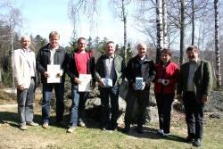 PRV B. Schwarz (mitte) und NP-Chef K.F. Sinner (rechts) ehrten R. Ertl (von links) und W. Brunnhölzl für deren 25jähriges Dienstjubiläum sowie M. Wellisch, J. Moser und E. Degenhart zum 50. Gebutstag