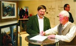 Nationalparkleiter Karl Friedrich Sinner (links) und Käferspezialist Friedolin Apfelbacher unterzeichnen  den Schenkungsvertrag