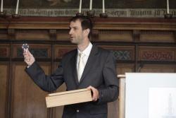 Stolz hält Dr. Jörg Müller den ihm verliehenen Alfred Töpfer-Preis in Händen