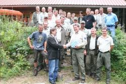 Umrahmt von den Mitarbeitern der Nationalparkwacht verabschiedete der Leiter der Nationalparkverwaltung K. F. Sinner (vorne links) Forstamtmann Manfred Letsch in die Freistellungsphase (Foto Pöhlmann)