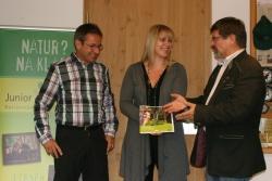 Über das gelungen Werk freuen sich von rechts der Leiter der NPV K. F. Sinner, Dipl. Designerin Silvia Erhard als Gestalterin des Buches und der Leiter der Nationalparkwacht Josef Erhard als Textautor