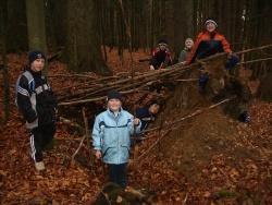 """Unter dem Motto """"Wilde Kinderwelten"""" werden die nahen Wälder durchstreift und die Kinder stellen sich tapfer zahlreichen Herausforderungen"""