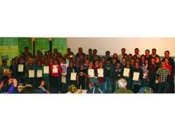 Stolz zeigten die 77 neuen Juniorranger ihre Urkunden bei der Abschlussfeier in die Kamera.