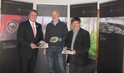 Stefan Proßer, Lukas Laux und Karl Friedrich Sinner präsentieren die Postkartenserie(Foto: Pavel Storch).
