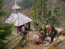 Rast an der Rachelkapelle. Der Leiter der Nationalparkwacht Josef Erhard (links) erzählt seinen tschechischen Kollegen von den Sagen um diese hoch über dem Rachelsee erbaute Gedenkstätte