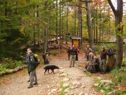 Die Ranger der Nationalparke Bayerischer Wald und Šumava genießen mit dem Leiter der Nationalparkwacht Josef Erhard (mitte) die grandiose Herbststimmung im Urwald am Rachelsee.