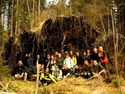 Ein Gruppenfoto unter einem Wurzelteller; Atemberaubende Walddynamik im Nationalpark begeisterte die Studenten - hier im Reschbachtal. Im Foto ganz links: Dozent Miroslav Svoboda, ganz rechts: Hans Jehl, Botaniker der Nationalparkverwaltung