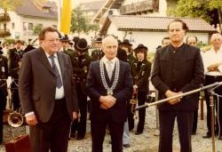 Grundsteinlegung für das Waldgeschichtliche Museum mit Ministerpräsident Franz Josef Strauß (v. l.), Bürgermeister Schmutzer und Geschäftsleitendem Beamten Schober (Foto: Archiv WGM).
