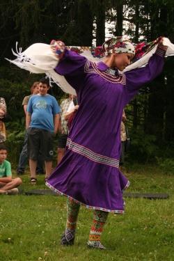 Eine junge Frau in traditioneller Tracht Westsibiriens beim Besuch im Wildniscamp am Falkenstein in Zwieslerwaldhaus vor zwei Jahren.