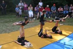 Sechs junge Turnerinnen und Turner des TSV Spiegelau, allesamt wie ein Specht in schwarz gekleidet, turnten und tanzten den Tagesablauf eines Spechtes nach