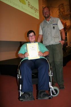 Nico Färber aus Kirchl ist der erste erfolgreiche Junior Ranger im Rollstuhl. Die Seniorranger Robert Stockinger und Karl-Heinz Matschina (nicht im Bild) schafften zusammen mit drei Klassenkammeraden das schier Unmögliche (Foto: R. Pöhlmann)