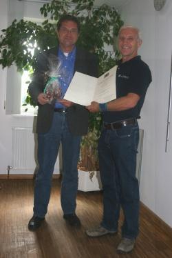 Nationalparkleiter Dr. Franz Leibl (l.) verabschiedete den langjährigen Vorsitzenden des Personalrats der Nationalparkverwaltung Bayerischer Wald Bruno Schwarz mit einem Geschenk und überreichte ihm zugleich die Dankesurkunde für sein 40-jähriges Arbeitsjubiläum.