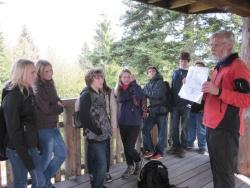 Gespannt lauschen die Schüler der Partnerschule der 8. Klasse der Hauptschule Haslach aus Österreich der Vorstellung des Wildtiers Wolf durch Nationalpark-Waldführer Josef Resch