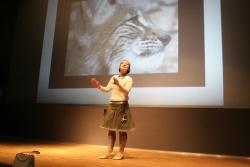 """In Gestalt von """"Fräulein Brehm"""" präsentierte Lydia Starkulla in künstlerischer Form das aktuelle Thema """"Der Luchs""""."""