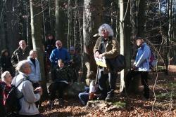 Gespannt lauschen die zahlreichen Teilnehmer der mythologischen Wanderung durch den Nationalpark den Erzählungen von Mythenforscher Jakob Wünsch (zweiter von rechts). (Foto: Lukas Laux)