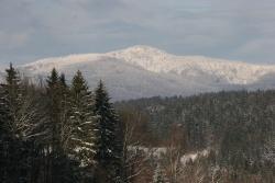 Majestätisch grüßt das tief verschneite Massiv des Großen Rachel (1453 Meter) die Nationalparkbesucher zu seinen Füßen