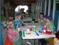 Das Bedrucken einer eigenen Stofftasche ganz nach individueller Vorstellung, zählt zum reichhaltigen Angebot für Kinder, die am Osterprogramm der Nationalparkverwaltung Bayerischer Wald im Hans-Eisenmann-Haus teilnehmen.
