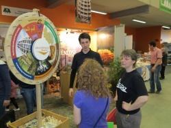 Der Infostand der Nationalparkregion fand bei der Umweltmesse in Landshut reges Interesse - ganz besonders das Quiz am Glücksrad.