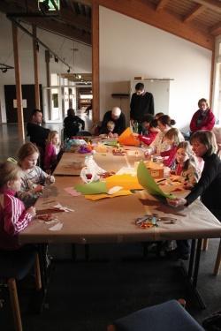 Mit großem Eifer bastelten die Buben und Mädchen bei den Veranstaltungen des Kinderferienprogramms im Hans-Eisenmann-Haus und zeigten unter den prüfenden Blicken der Eltern und Betreuer ihre immense Kreativität.