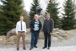 """Personalratsvorsitzender Josef Nußhardt (links) und Nationalparkleiter Dr. Franz Leibl gratulierten anlässlich der Personalversammlung Forstwirt Walter Hackl zu seinem """"runden"""" Geburtstag."""