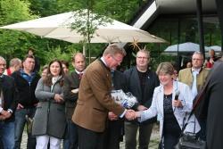 Zur Begrüßung auf dem Glasfest im Haus zur Wildnis übergab Lindbergs Bürgermeisterin Gerdi Menigat Umweltminister Dr. Huber eine Fotografie des Ministers. Das Bild zeigt ihn auf Besuch in der Gemeinde - damals noch als Staatssekretär.