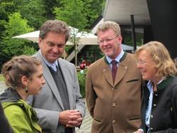 Glaskünstlerin Magdalena Paukner, Nationalparkleiter Dr. F. Leibl, Umweltminister Dr. M. Huber und Gattin