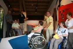 Der Leiter des Hans-Eisenmann-Hauses, Stefan Vießmann (3 v.l.) führte die Führungsteilnehmer durch die auch für Rollstuhlfahrer nutzbaren neuen Ausstellungen
