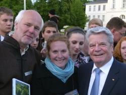 Lukas Laux (Nationalpark Bayerischer Wald) und Nina Treu (Go4BioDiv) stellten Bundespräsident Joachim Gauck die internationale Naturschutzarbeit des Nationalparks Bayerischer Wald vor.