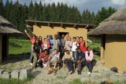 15 junge Führungskräfte aus aller Welt besuchten ein Wochenende lang den Bayerischen Wald. Gerade die internationalen Länderhütten im Wildniscamp am Falkenstein inmitten des Bayerischen Waldes begeisterten die Besucher. Carolin Fischer (GIZ, stehend 4.v.re.) und Antje Laux (Waldzeit e.V., stehend 2.v.re) begleiteten die Gruppe.Foto: Lukas Laux