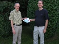 Rainer Opitz (links) aus Salzweg gewann den ersten Preis, eine Schifffahrt für zwei Personen und freien Eintritt ins Haus am Strom, überreicht von Ralf Braun, dem Leiter des Hauses