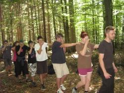 Beim internationalen Sommercamp lernten die tschechischen und deutschen jugendlichen Teilnehmer unter Anleitung von Nationalparkmitarbeiter Thomas Michler im Bereich des Wildniscamps am Falkenstein mit Hilfe von Spiegeln die Nationalparkwälder in einer ungewohnten Perspektive kennen
