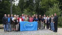 Die neuen Nationalpark-Partner freuen sich zusammen mit Nationalparkleiter Dr. Franz Leibl (r. außen) und dem Vorsitzenden des Nationalpark-Partner Bayerischer Wald e.V., Jochen Stieglmeier (l. außen), auf die Zusammenarbeit im Netzwerk.