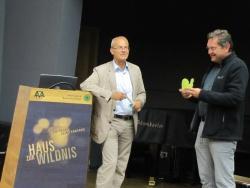 Dr. Vogel und Dr. Leibl - die beiden Nationalparkleiter der bayerischen Nationalparke Berchtesgaden und Bayerischer Wald. Zur Erinnerung an die Nationalpark- und Glasregion überreichte Dr. Leibl seinem Kollegen einen Glas-Auerhahn (Foto: Nationalpark Bayerischer Wald).