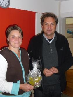 Nationalparkleiter Dr. Franz Leibl würdigte die Verdienste von Kirsten Wommer für die Nationalparkverwaltung Bayerischer Wald und verabschiedete sie mit einem Kunstwerk aus Glas.Foto: Nationalparkverwaltung