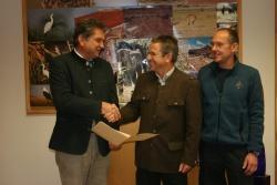 Nach 47 Dienstjahren in den wohlverdienten Ruhestand verabschiedete Nationalparkleiter Dr. Franz Leibl (links) den Leiter der Nationalparkwacht Josef Erhard (Mitte) und führte Michael Großmann als Nachfolger in sein Amt ein