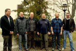 Der Leiter der Nationalparkverwaltung Bayerischer Wald Dr. F. Leibl (links) mit seinen Mitarbeitern, denen er neue oder geänderte Aufgabenbereiche übertragen hat: von links M. Großmann (Leiter Nationalparkwacht), dessen Stellvertr. und Leiter des Servicezentrums Falkenstein R. Gaisbauer, W. Kirchner (Leiter NPDSt. Neuschönau), S. Vießmann (Leiter Servicezentrum Lusen) und C. Binder (Leiter HEH)