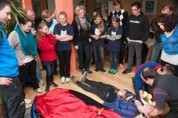 Gemeinsam stellten die Mitarbeiter der Bergwacht Wolfstein und Grafenau mit den Juniorrangern der Ortsgruppe Hohenau/Freyung eine Rettungsübung nach.Foto: Dietmar Manzenberger