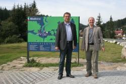 Die Nationalparkleiter Dr. Franz Leibl (li) und Jirí Mánek anlässlich des ersten gemeinsamen Treffens unter der neuen Führung des Nationalparks Šumava in Modrava
