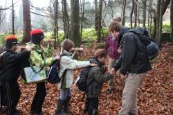 In einem kleinen Spiegel, gehalten auf der Nase, sahen die Schüler die Baumkronen aus einem ganz anderen Blickwinkel und hatten große Freude daran den Wald auf diese Weise zu erkunden
