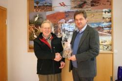 Nationalparkleiter Dr. Franz Leibl (r.) überreichte Wildmeister Helmut Penn zum Abschied ein Glasunikat eines Hirschen als Dank für sein 40 Jahre währendes erfolgreiches Berufsleben im Nationalpark Bayerischer Wald