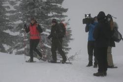 """Trotz Schneetreiben, eisigem Wind und Nebel drehte das TV-Team des MDR für die Sendung """"Heute auf Tour"""" mit Moderatorin Stephanie Müller-Spirra und Nationalparkranger Siegfried Schreib am Lusengipfel die """"Schnittstelle"""" für die beiden Sendungen"""