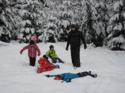 Viel Spaß hatten alle Beteiligten beim Winteraktionstag im Waldspielgelände bei Spiegelau