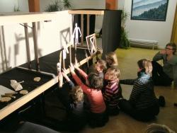 """Mit großem Eifer führten die Kinder mit selbständig erarbeiteten Figuren das Schattentheater zu der bekannten Geschichte """"Es klopft bei Wanja in der Nacht"""" auf"""