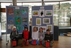 Franziska Niedermeier (nicht auf dem Foto), Rebecca Niedermeier, Lea Graf, Pia Preiß, Fabienne Hartl und Nico Gronkowski hießen die Gewinner des Malwettbewerbs im Haus zur Wildnis