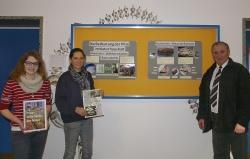 Magdalena Holzapfel (links) und Jana Werner vom Gymnasium Zwiesel überreichen dem Mykologen Heinrich Holzer ihre Seminararbeit zum Abiturjahr 2013
