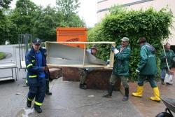 Regale, Möbel und Unterrichtszubehör wurde von den bis zu 40 Hilfskräften der Nationalparkverwaltung Bayerischer Wald zerlegt und auf die bereitstehenden Container geworfen