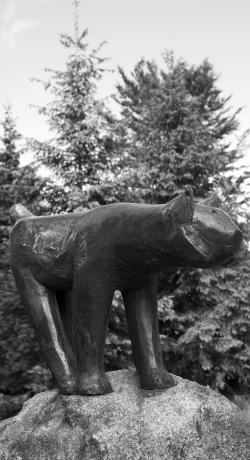 """Der """"Bronze-Luchs"""" am Hans-Eisenmann-Haus zählt zu den eindrucksvollsten Werken von Hainz Theuerjahr"""