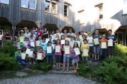 Der Augenblick, auf den die frischgebackenen Juniorranger gewartet haben: Das Gruppenfoto auf dem sie die gerade erhaltenen Zertifikate als Erinnerung und mit Stolz für die Presse zeigen