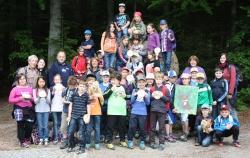 """Die beiden Siegerklassen der GS Viechtach und Arnbruck stellten sich zusammen mit """"ihren"""" Waldführern zu einem Erinnerungsfoto auf (Foto: Archiv NPV)."""