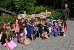 Kunstlehrer Thomas Scharrenbroich stellte die von seinen Schülern bedruckten und vor dem Hans-Eisenmann-Haus aufgestellten Holzbretter mit der bunten Vielfalt der Theuerjahr-Tiere vor